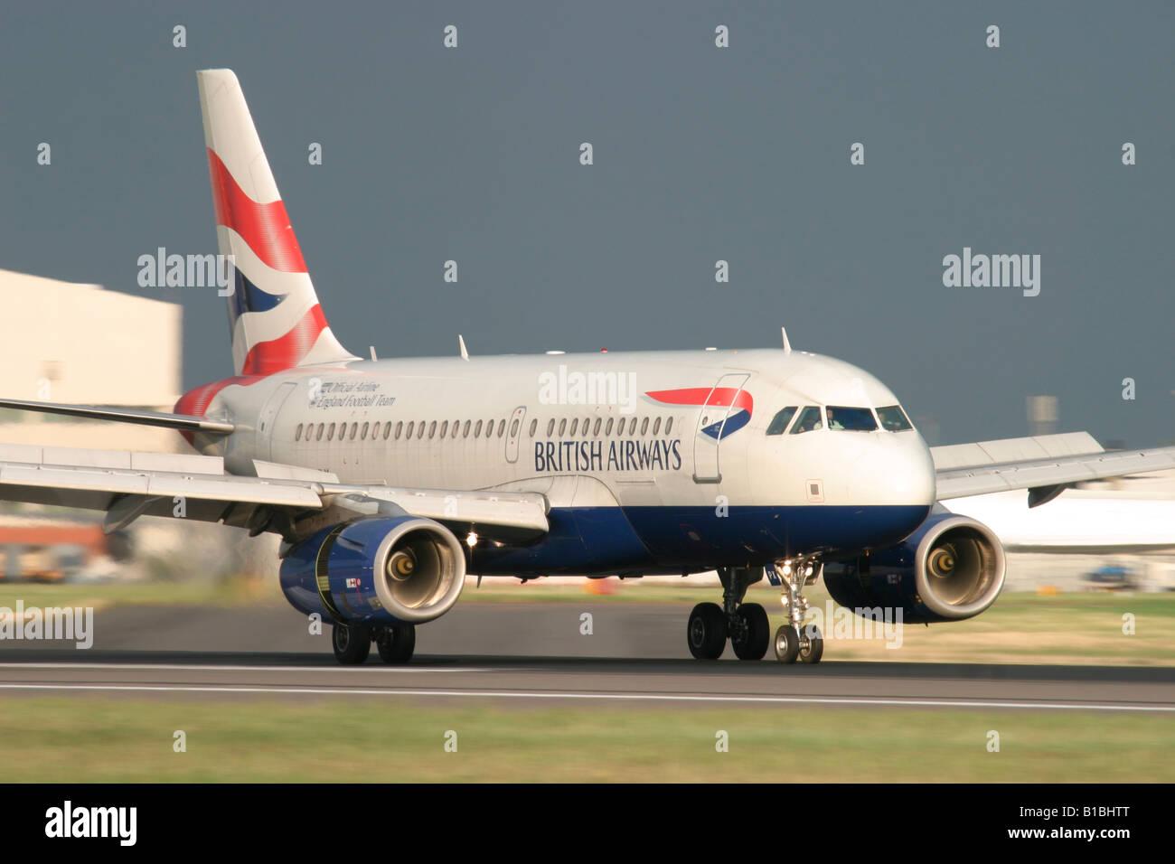 British Airways Airbus A319-131 landing at London Heathrow Airport, England, United Kingdom. - Stock Image