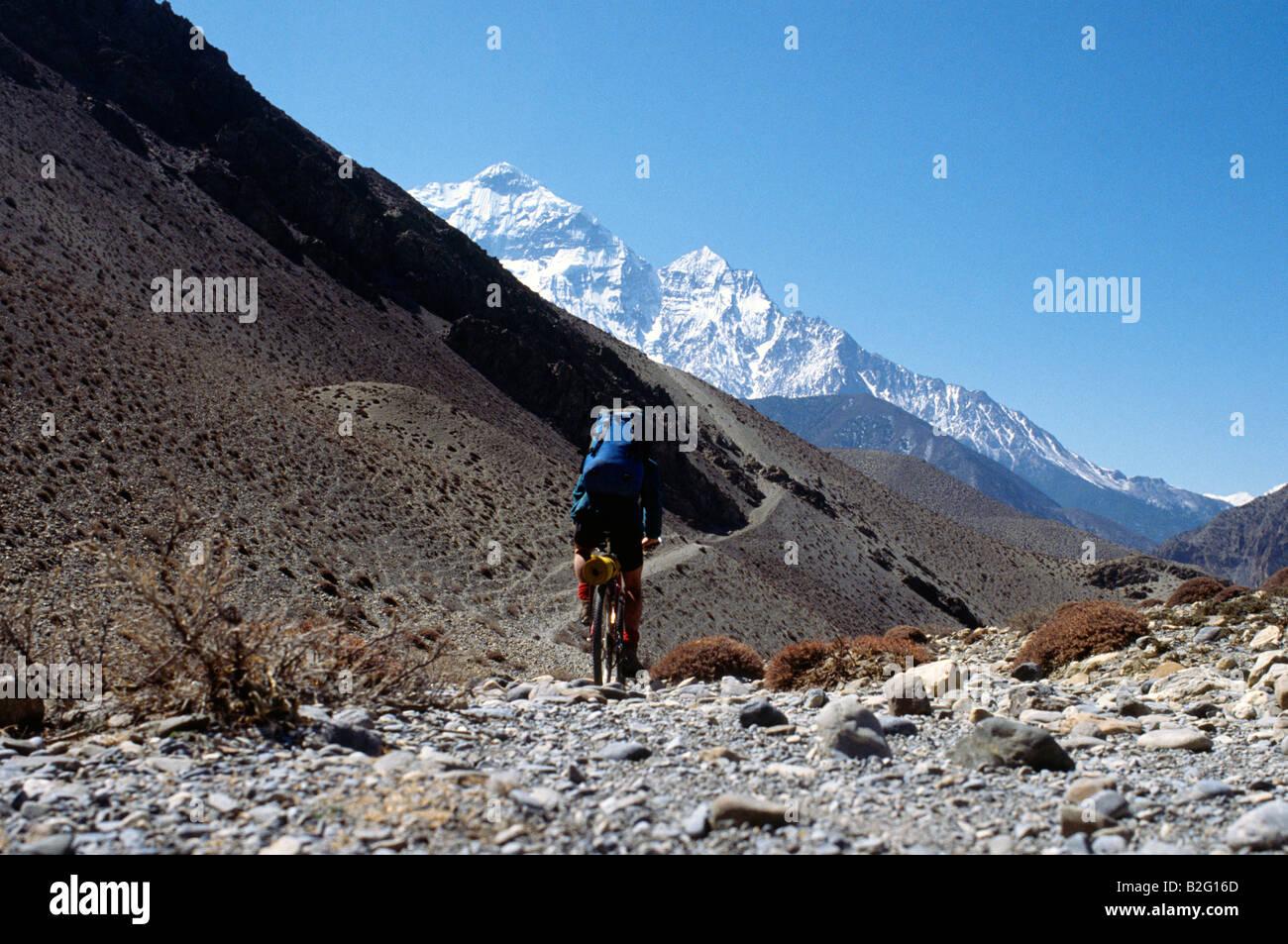Doug Blane mountain biking around the Annapurna circuit in Himalayan Kingdom of Nepal Nepalese Himalayas - Stock Image