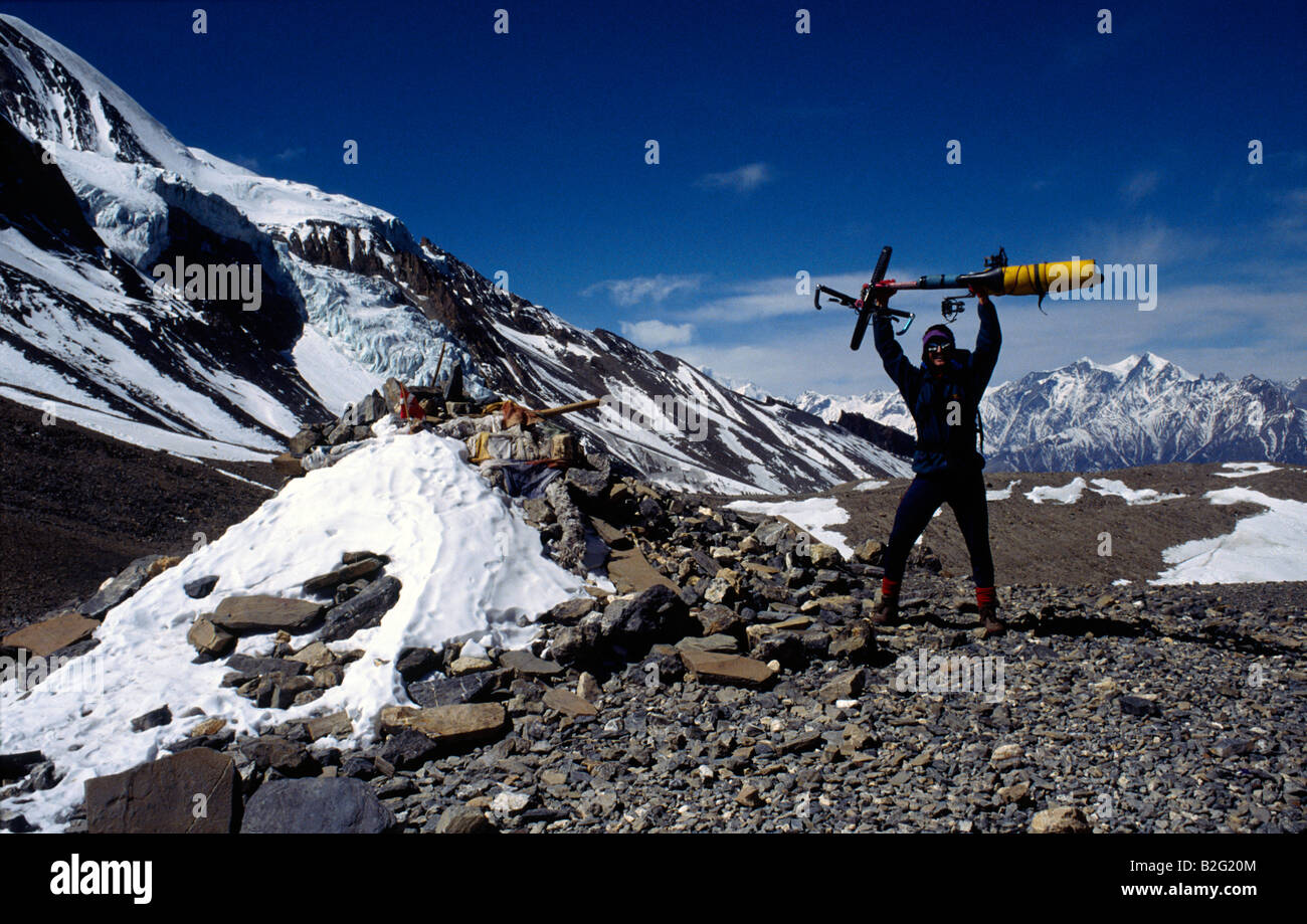 Doug Blane mountain biking around the Annapurna circuit in Himalayan Kingdom of Nepal Nepalese Himalayas thorung - Stock Image