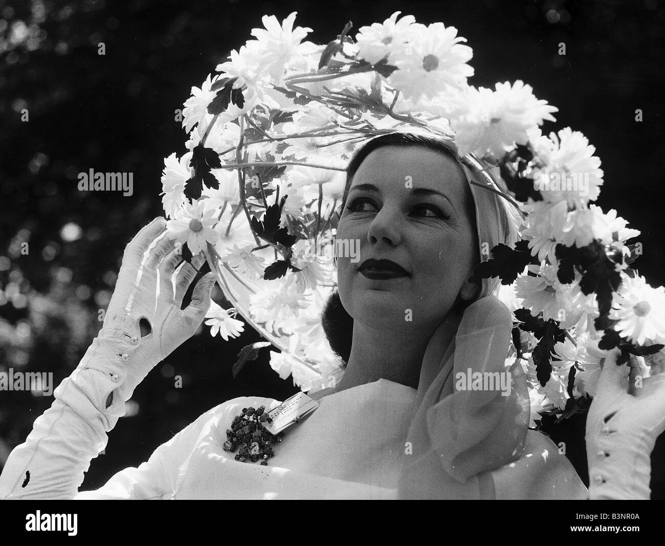 Bunty Kinsman in daisy flower hat at Royal Ascot in June 1962 Sixties fashion Stock Photo