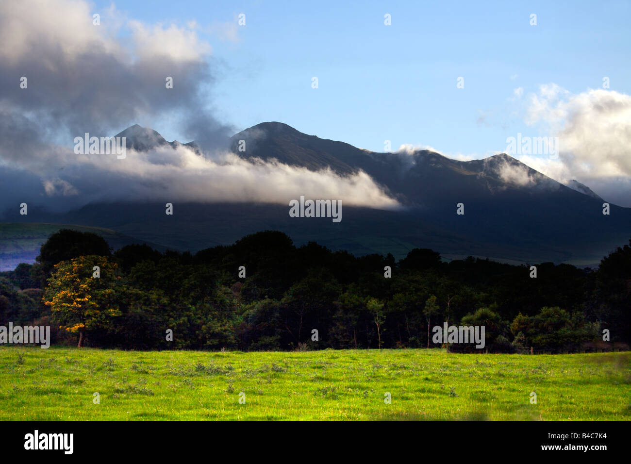 Low cloud cover over the majestic MacGillycuddy's Reeks, Killarney National Park, County Kerry, Munster, Ireland - Stock Image