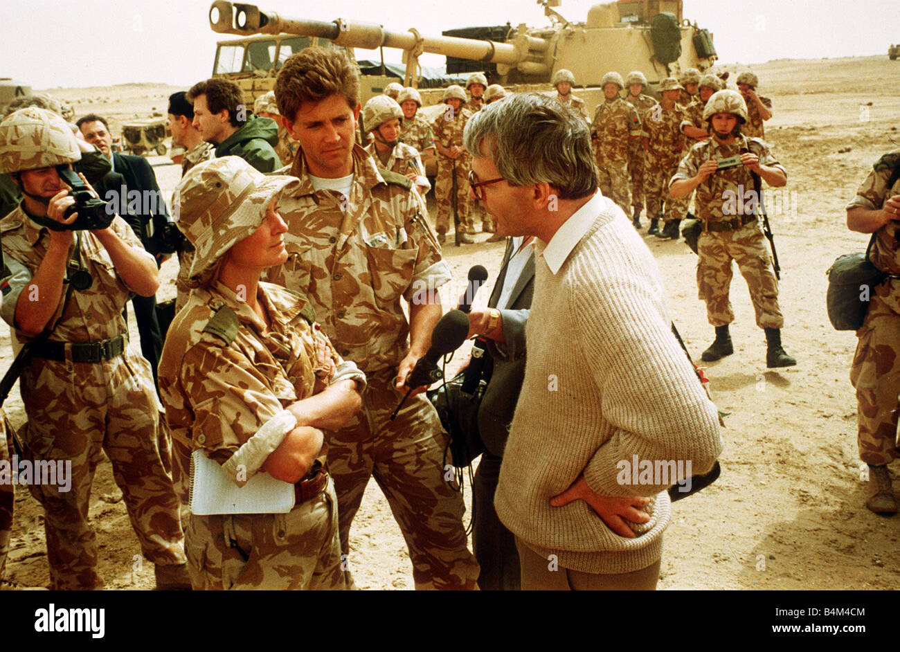 Kate Adie Television Reporter speaking to John Major at the battlefront during the Gulf War - Stock Image