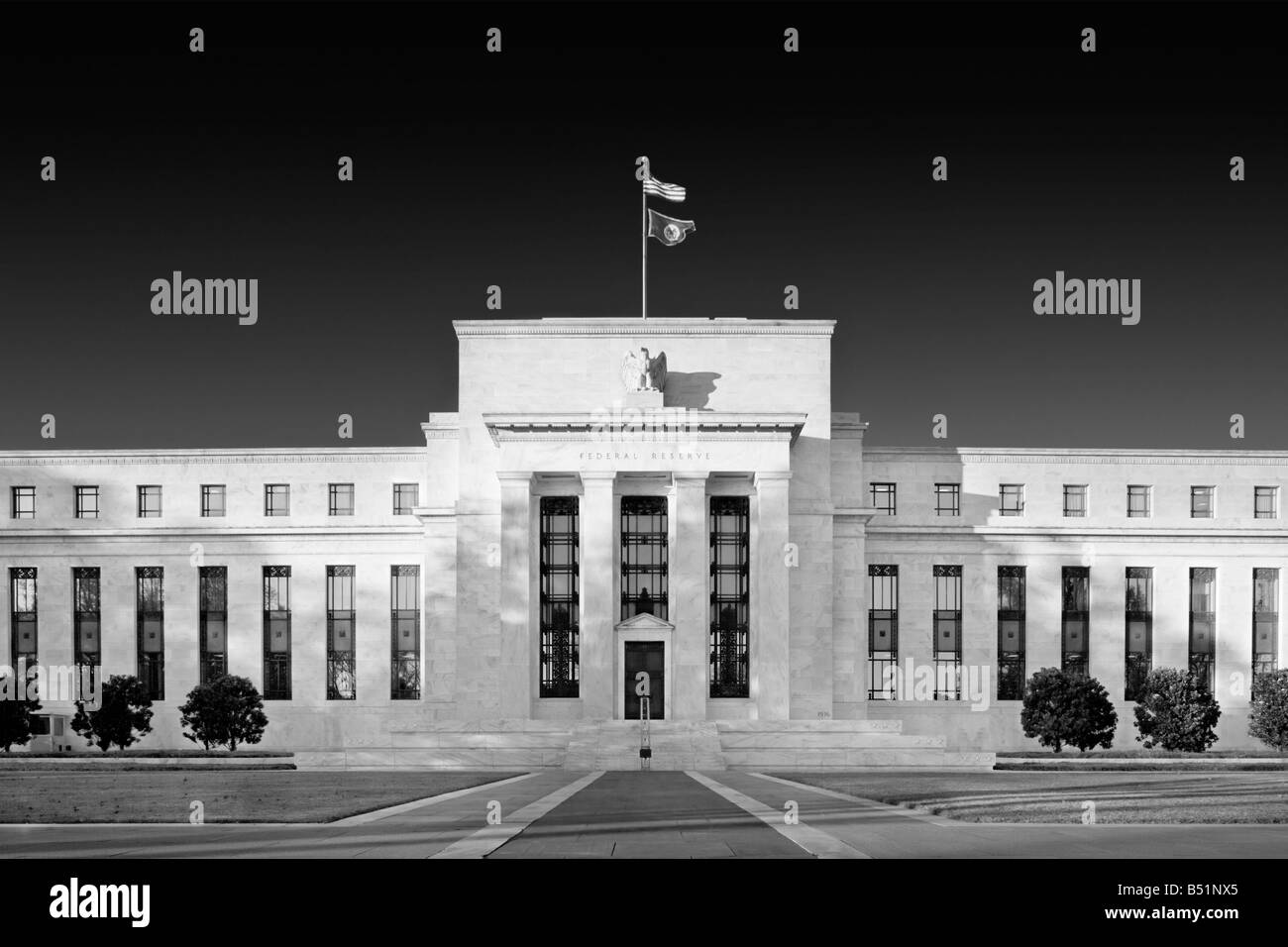 https://c7.alamy.com/comp/B51NX5/the-fed-us-federal-reserve-bank-washington-dc-usa-main-entrance-on-B51NX5.jpg