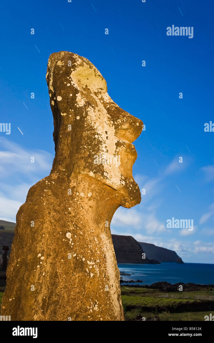 Lone monolithic giant stone Moai statue looking out to sea at Tongariki, Easter Island, Chile - Stock Image