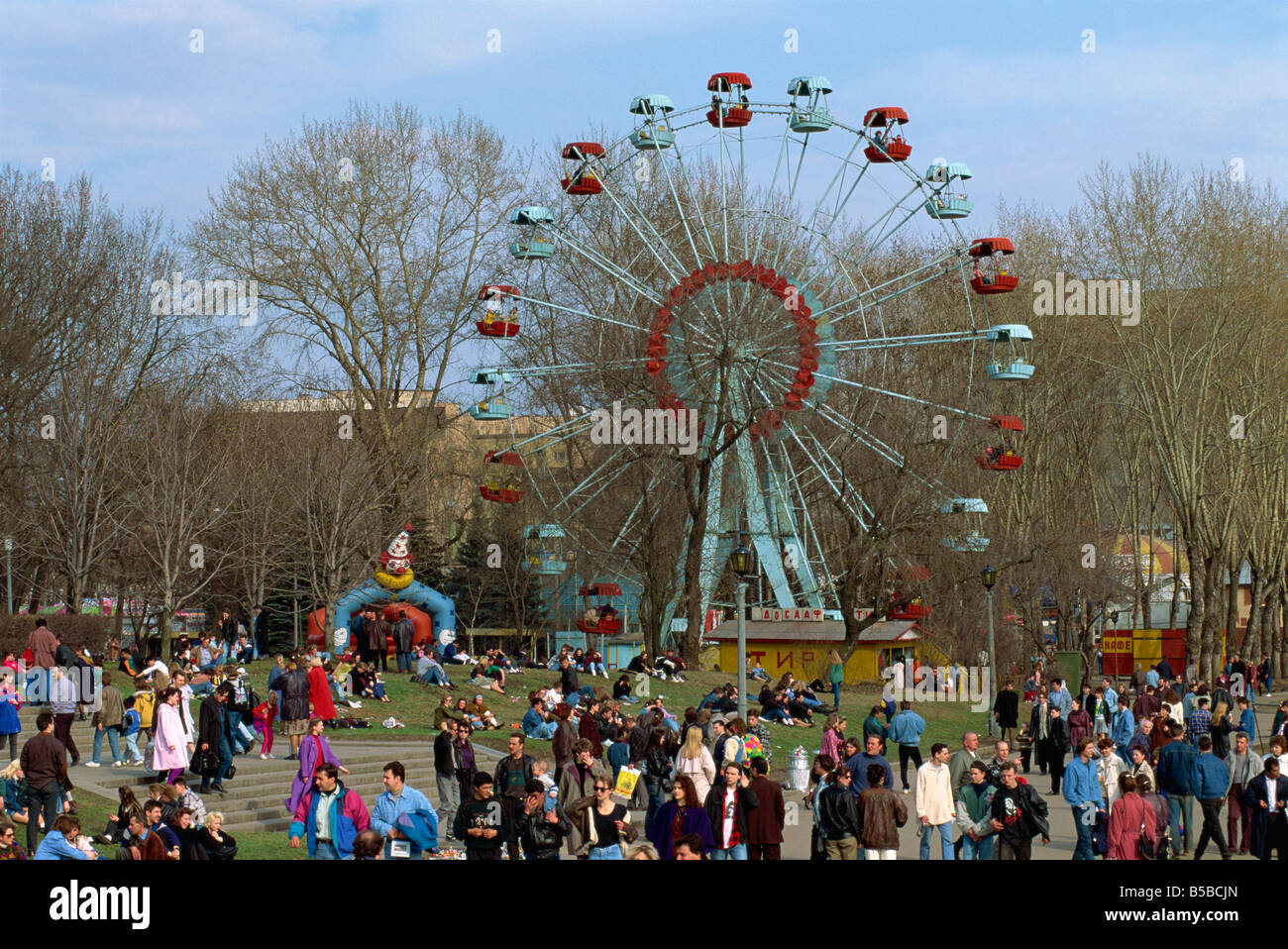 Crowds at a funfair with a big wheel during Earth Day Festival in Gorky Park in Moscow Russia G Hellier - Stock Image
