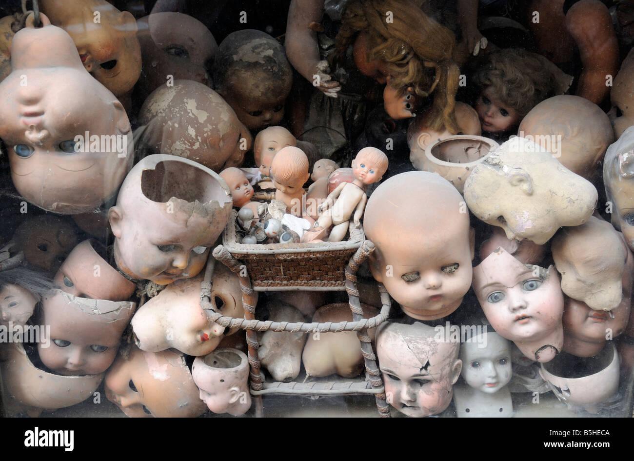 broken-doll-heads-in-a-shop-in-rome-B5HE