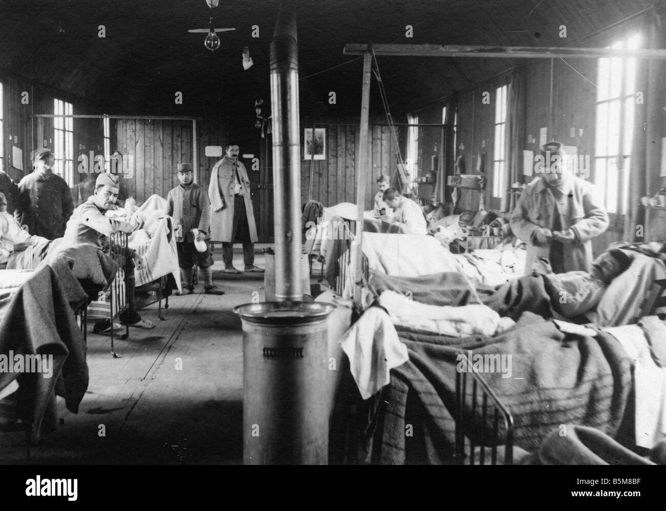 2 G55 F1 1915 8 Fatally Wounded in French Field Hospital History WWI France Fatally Wounded in a Field Hospital Stock Photo