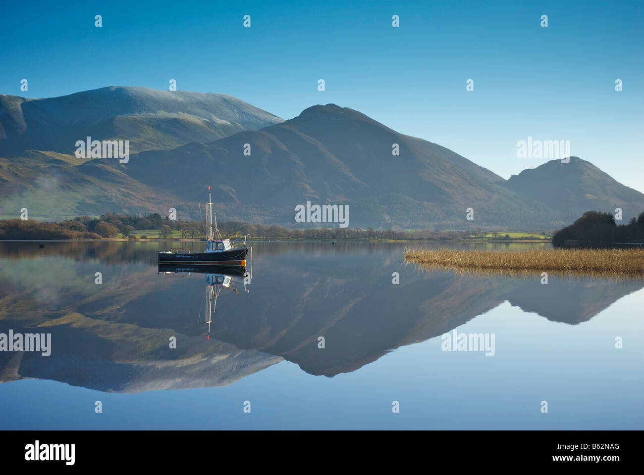 boat-at-mooring-buoy-near-sailing-club-bassenthwaite-lake-with-skiddaw-B62NAG.jpg