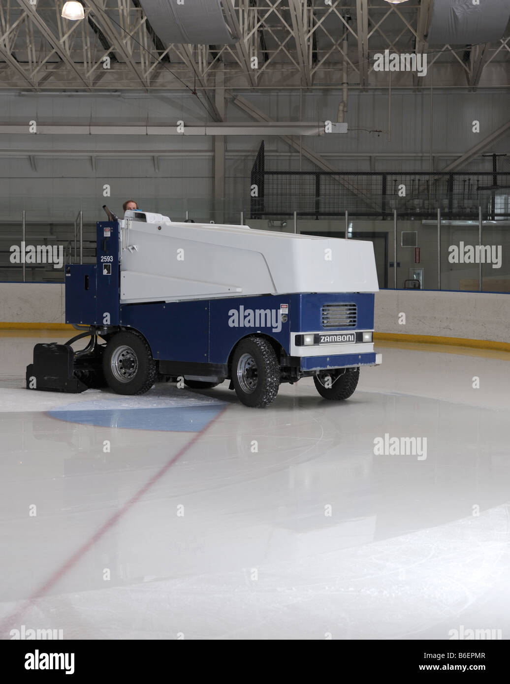zamboni-cleaning-ice-on-a-hockey-rink-in