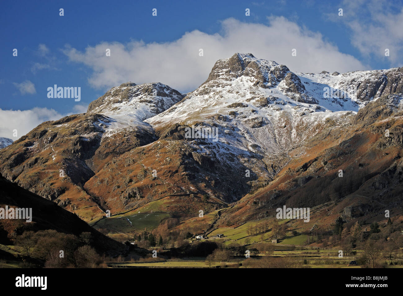 the-langdale-pikes-in-winter-great-langdale-lake-district-national-B8JMJB.jpg