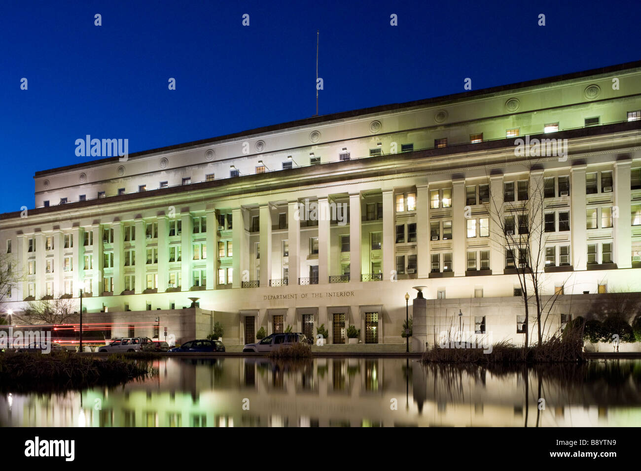 https://c7.alamy.com/comp/B8YTN9/the-united-states-department-of-the-interior-doi-headquarters-in-washington-B8YTN9.jpg
