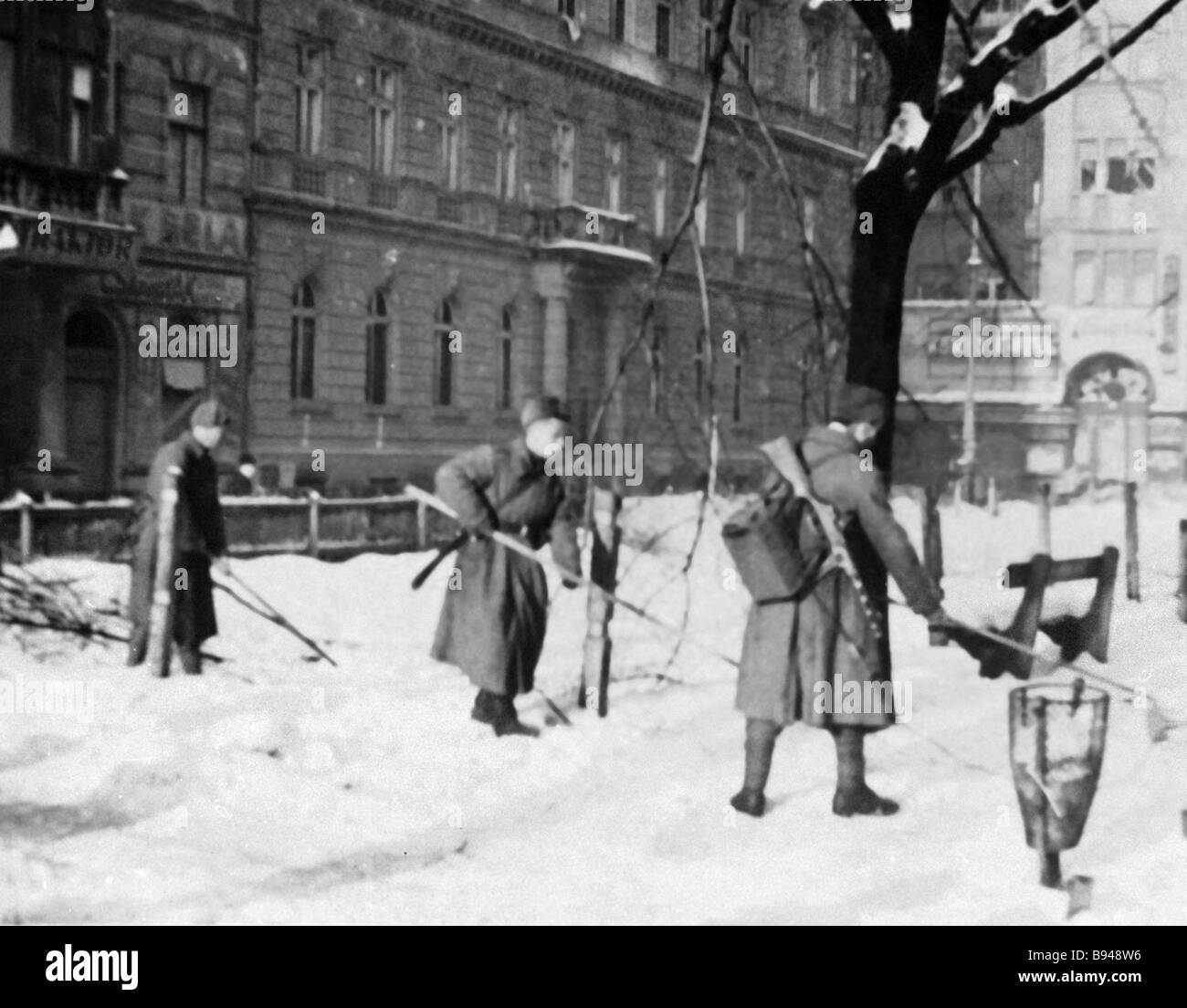 Soviet sappers defuse mines on the streets of Budapest - Stock Image