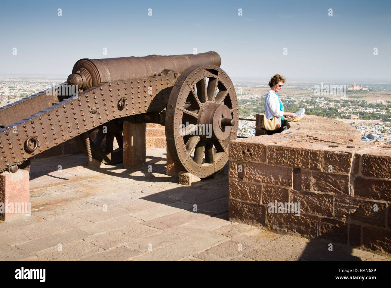 Tourist standing beside a cannon at Mehrangarh Fort, Jodhpur, Rajasthan, India - Stock Image