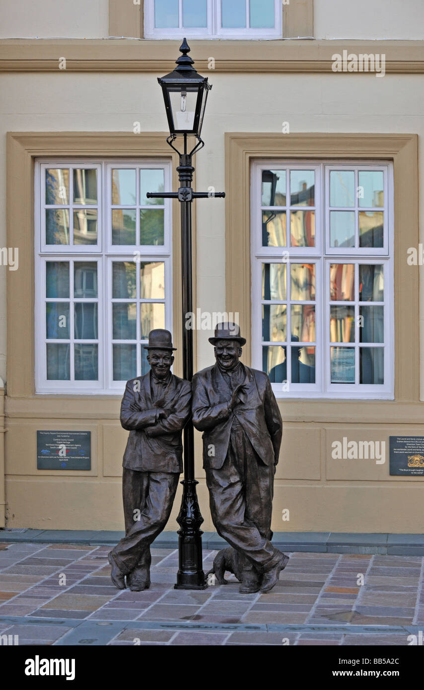 statue-of-laurel-and-hardy-by-graham-ibbeson-county-square-ulverston-BB5A2C.jpg