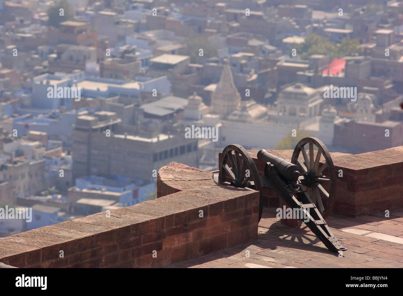 Cannon overlooking blue city skyline, Mehrangarh Fort, Jodhpur Rajasthan India. - Stock Image