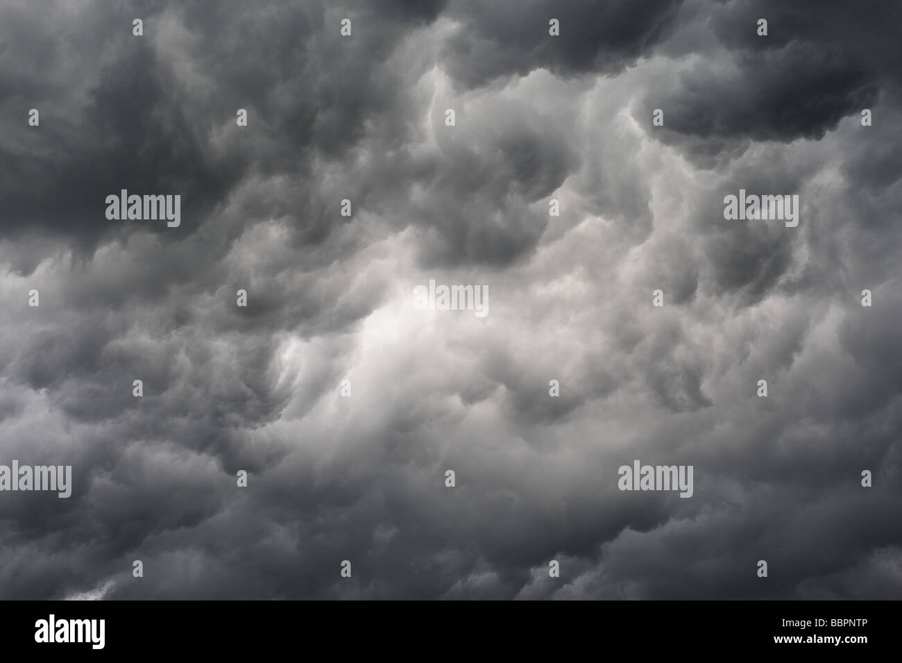 swirling-storm-clouds-mammatus-type-clouds-BBPNTP.jpg