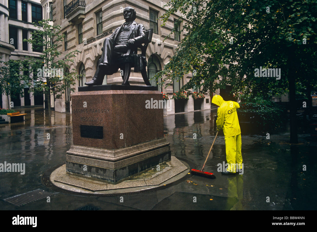 road-sweeper-at-the-statue-of-philanthro