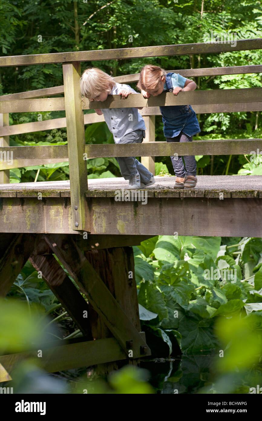Two little children on a bridge - Stock Image