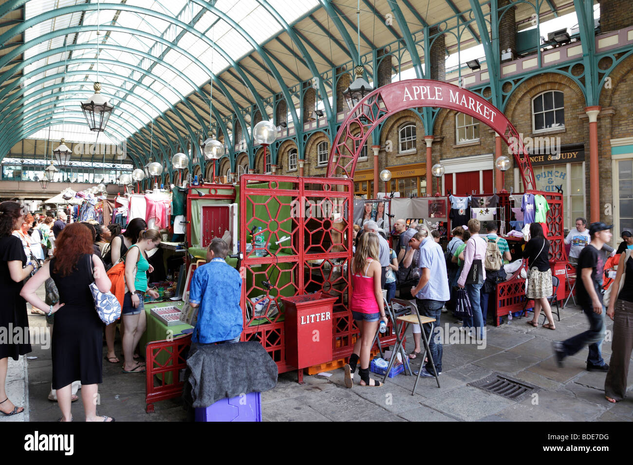 8e9f9f8402 crowds shopping for craft and antiques apple market within covent garden  london uk