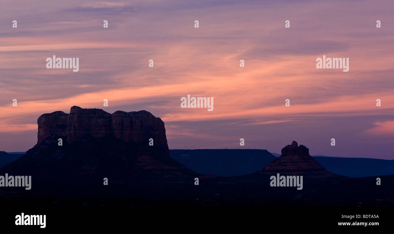 The Courthouse Butte (left) and Bell Rock under skies cirrus clouds at dusk, Sedona, Arizona, USA. - Stock Image