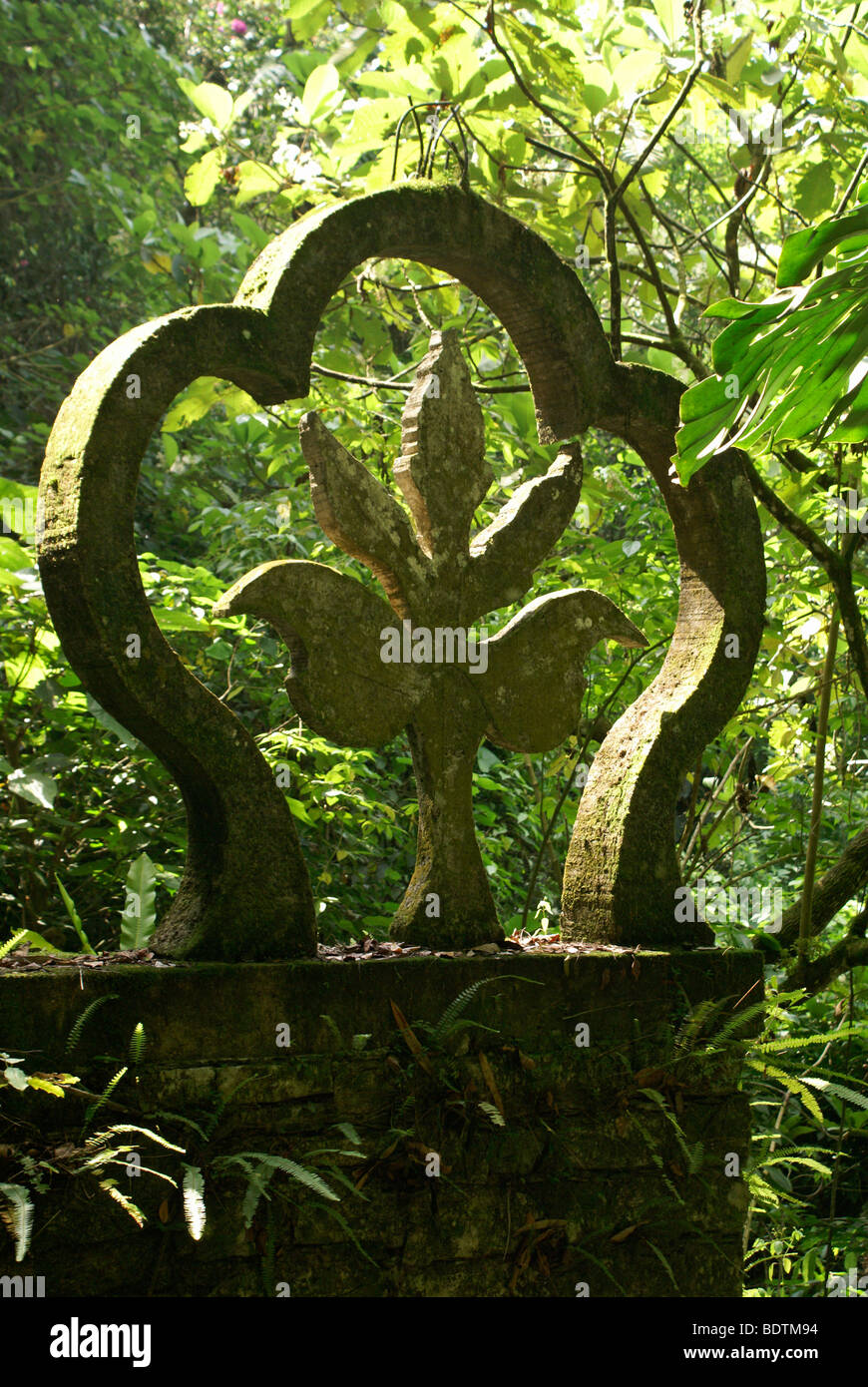 fleur-de-lys-sculpture-at-las-pozas-the-