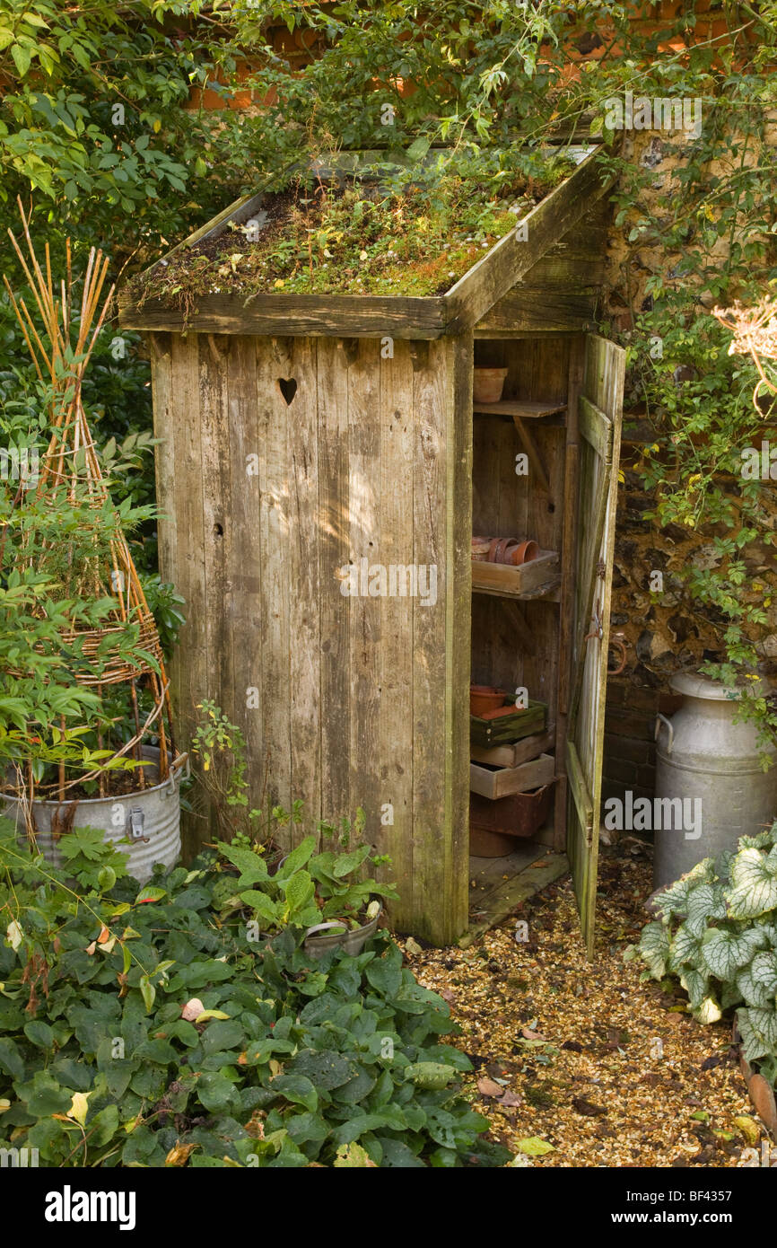 garden-privy-cum-potting-shed-store-littlecote-berkshire-england-BF4357.jpg