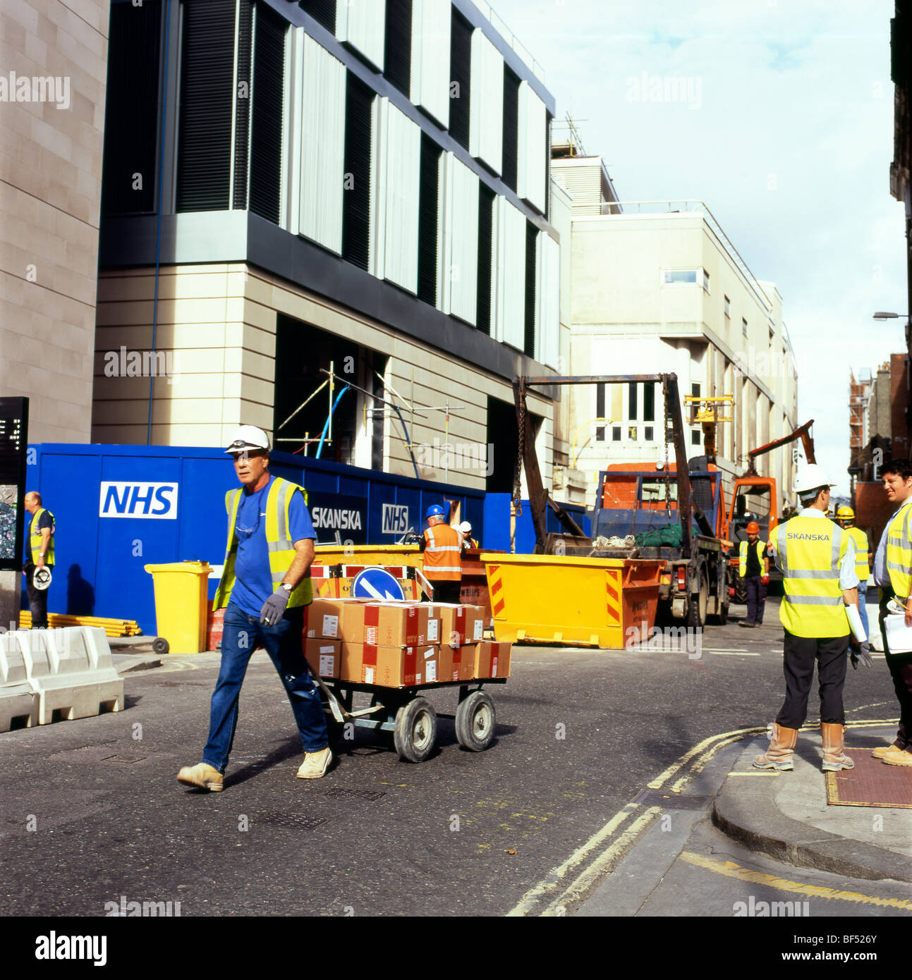 Workers on the NHS St. Barts new hospital construction site London England UK KATHY DEWITT - Stock Image
