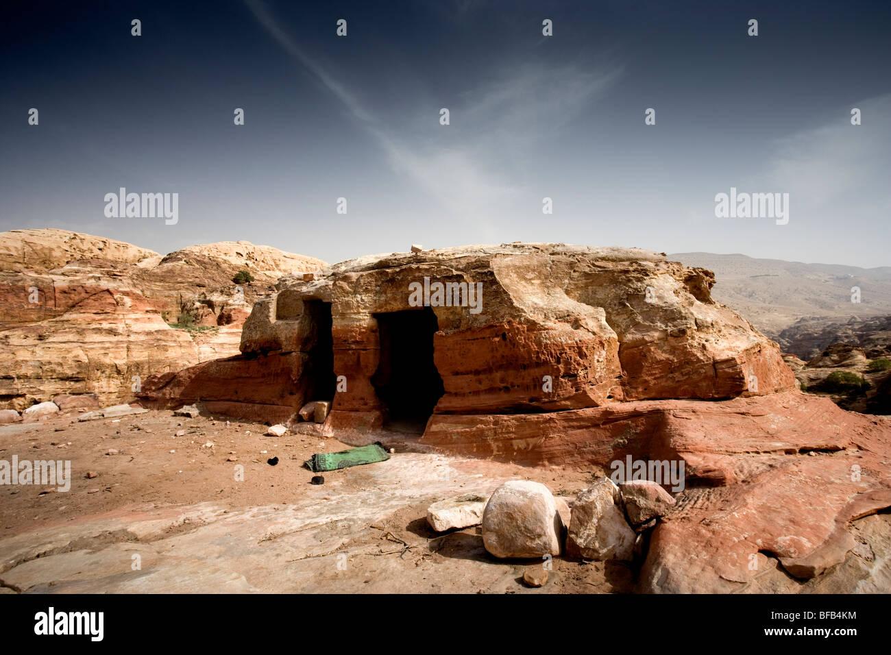 Cave dwelling on Jabal Al-Khubtha, Petra, Jordan - Stock Image
