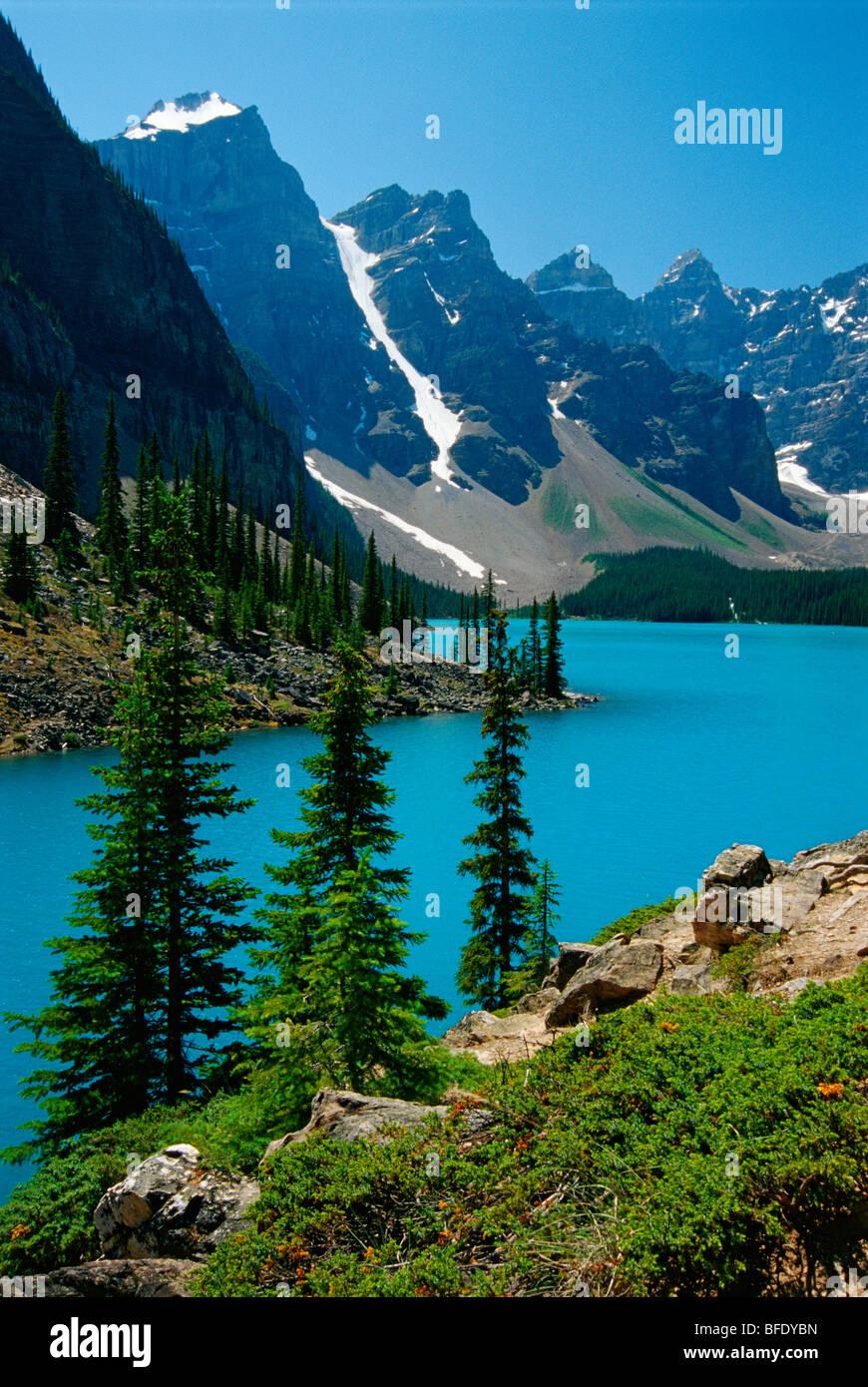 Moraine Lake and the Wenkchemna Peaks, Banff National Park, Alberta, Canada - Stock Image
