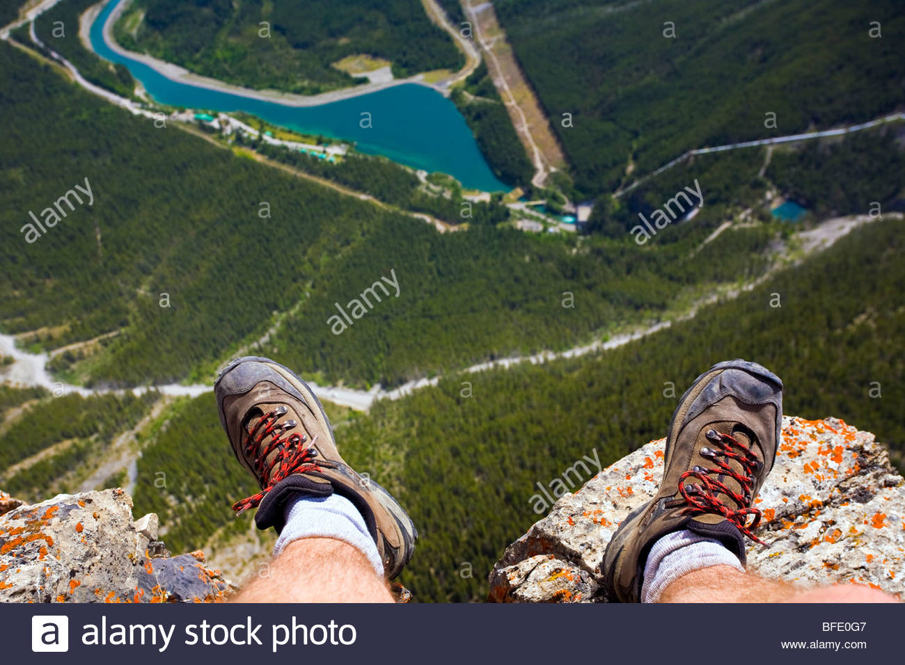 Hiker's feet at edge of cliff, Mount Rundle near Canmore, Alberta, Canada - Stock Image