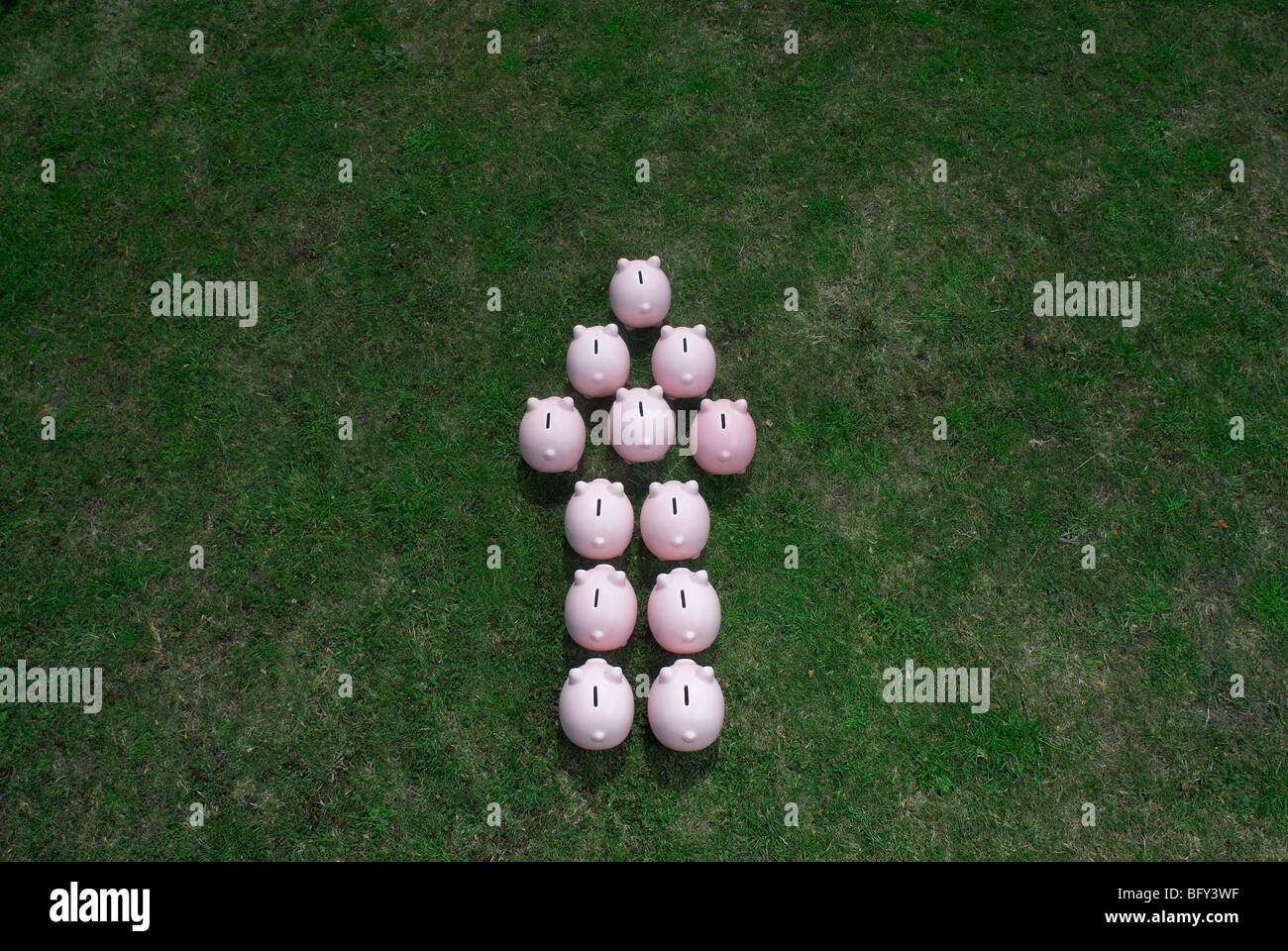 piggy banks in an arrow formation - Stock Image