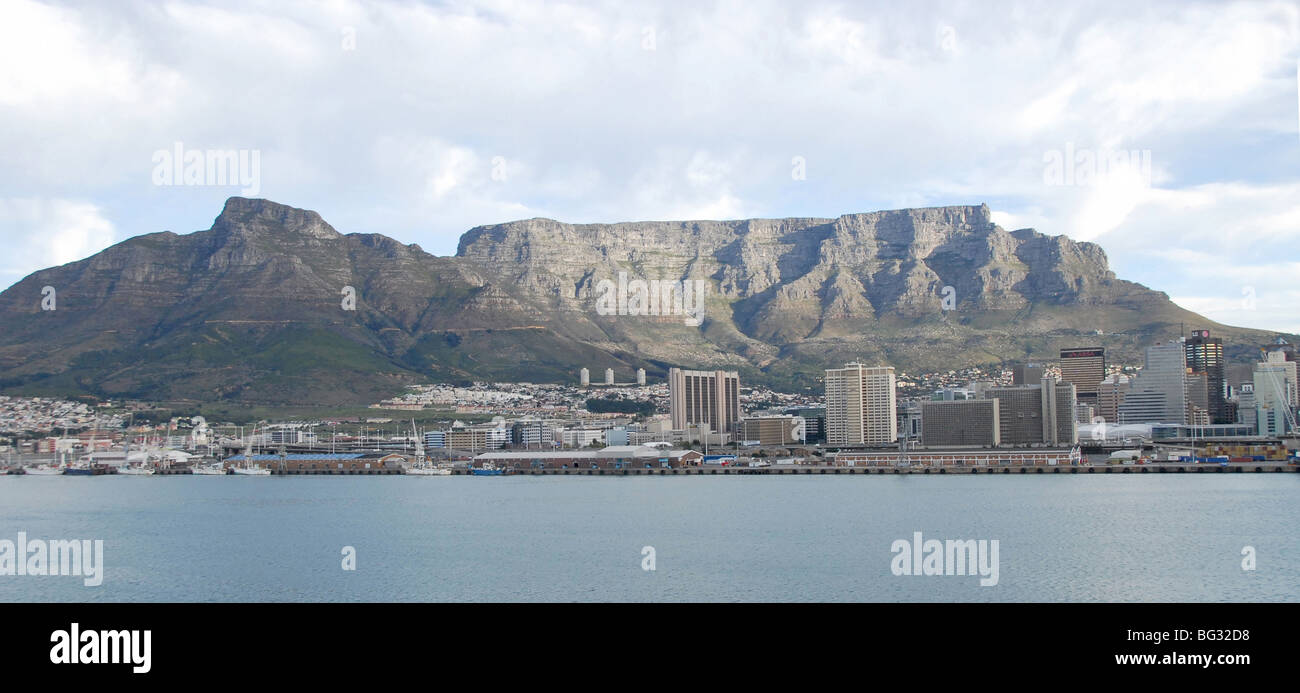 An aerial photograph of the Cape Town docks, cbd, Table Mountain and Devil's Peak from the sea - Stock Image