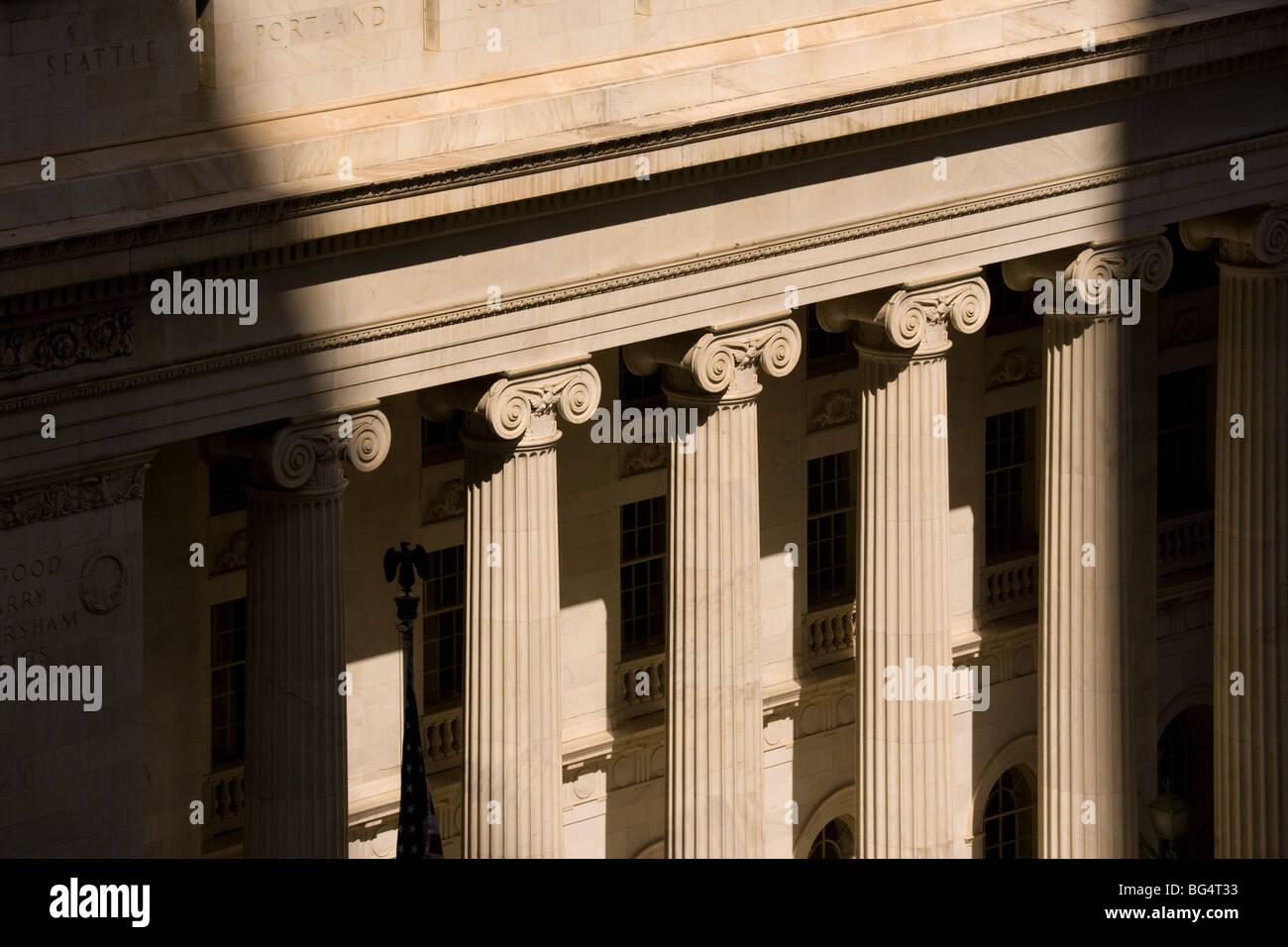 https://c7.alamy.com/comp/BG4T33/colonnade-columns-of-the-byron-white-us-courthouse-denver-colorado-BG4T33.jpg