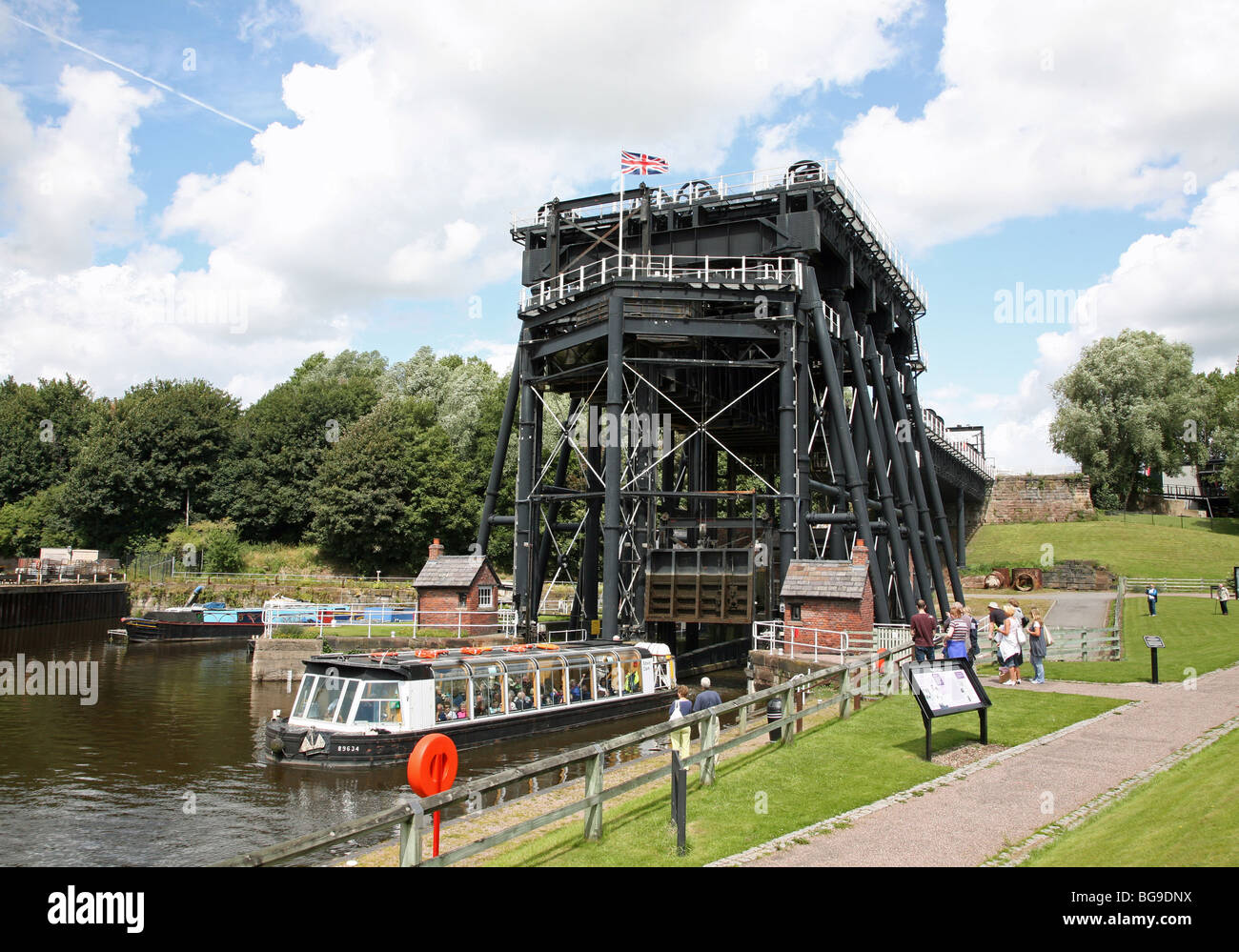 anderton-boat-lift-on-the-trent-and-mersey-canal-anderton-cheshire-BG9DNX.jpg