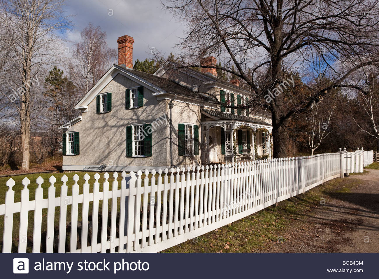 picket-fence-of-the-doctors-house-in-bla