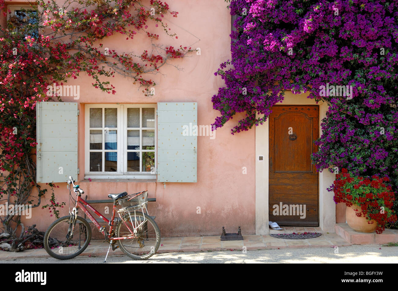 Pink House, Grey Shutters, Bicycle & Door Surrounded by Bougainvillea, Porquerolles Island, Îles d'Hyères Var Côte Stock Photo