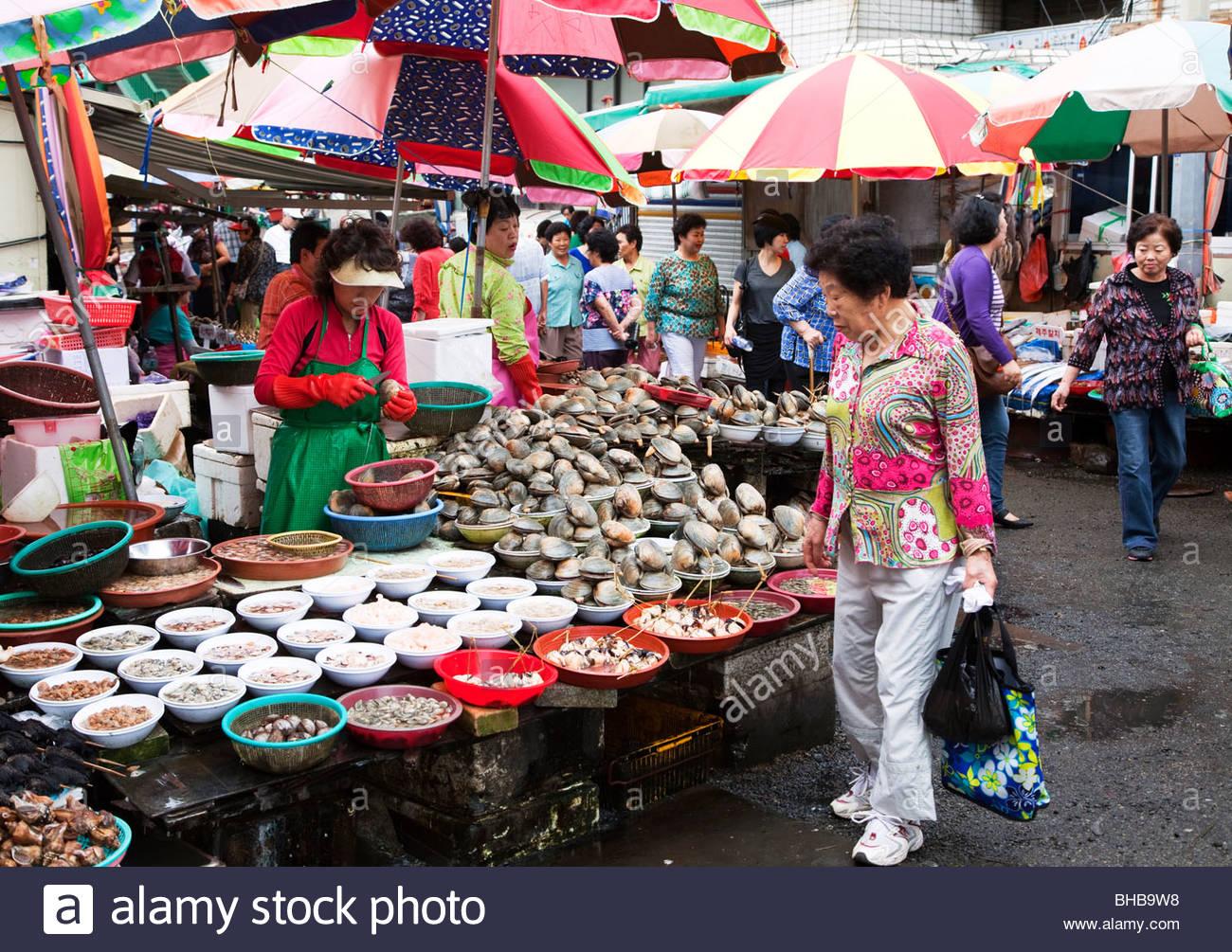 Asia Asian basket baskets Busan business buyer Cha gal chi fishmarket chagalchi; jagalshi customer display fish - Stock Image