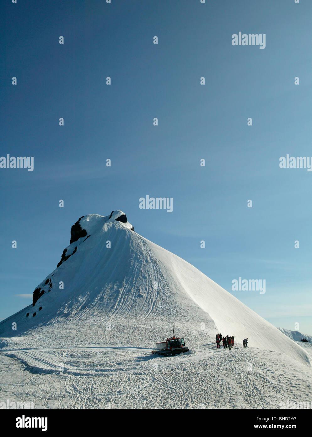People walking on Snaefellsjokull Glacier, Snaefellsnes Peninsula, Iceland - Stock Image