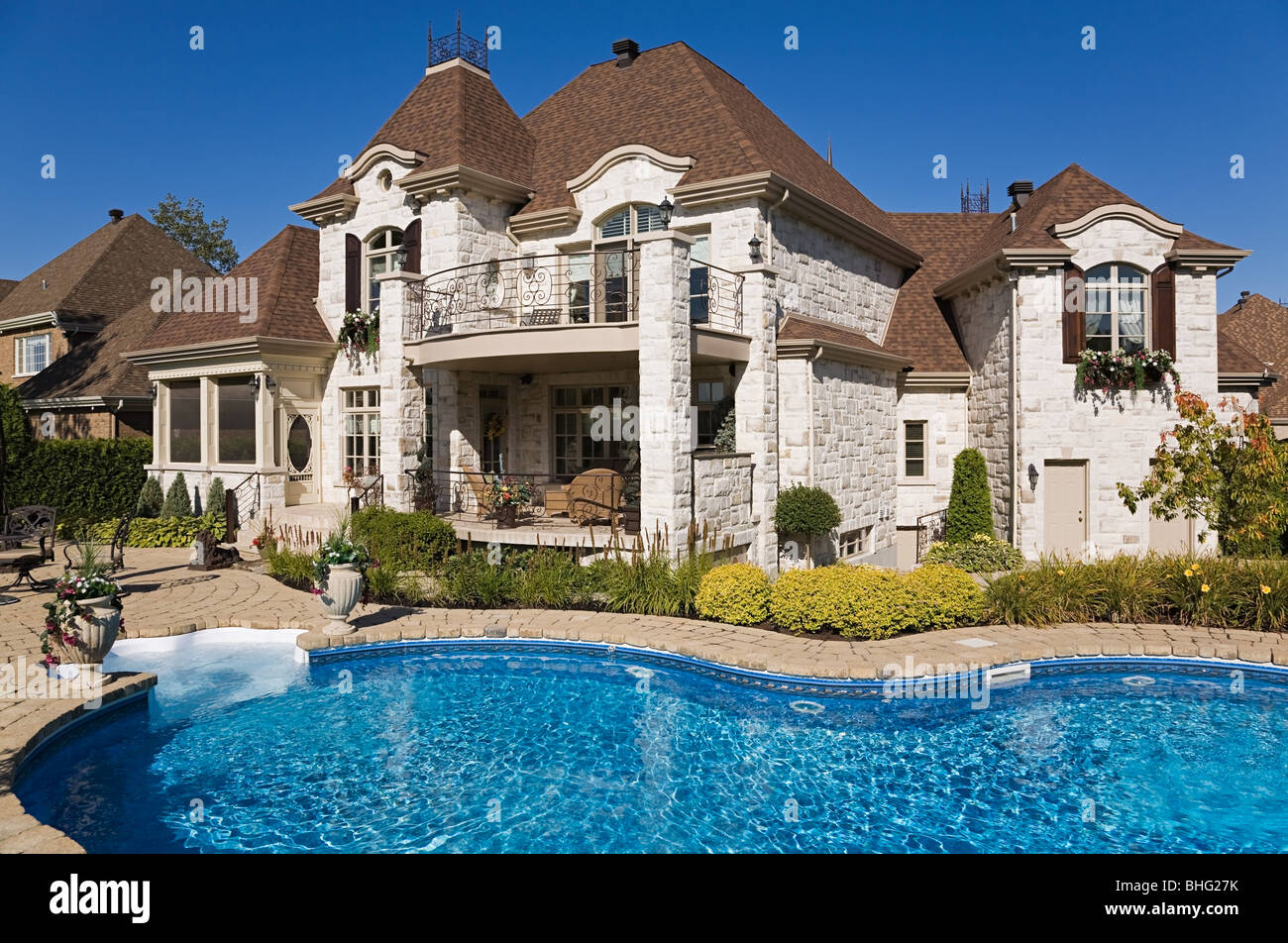 Large house with swimming pool - Stock Image