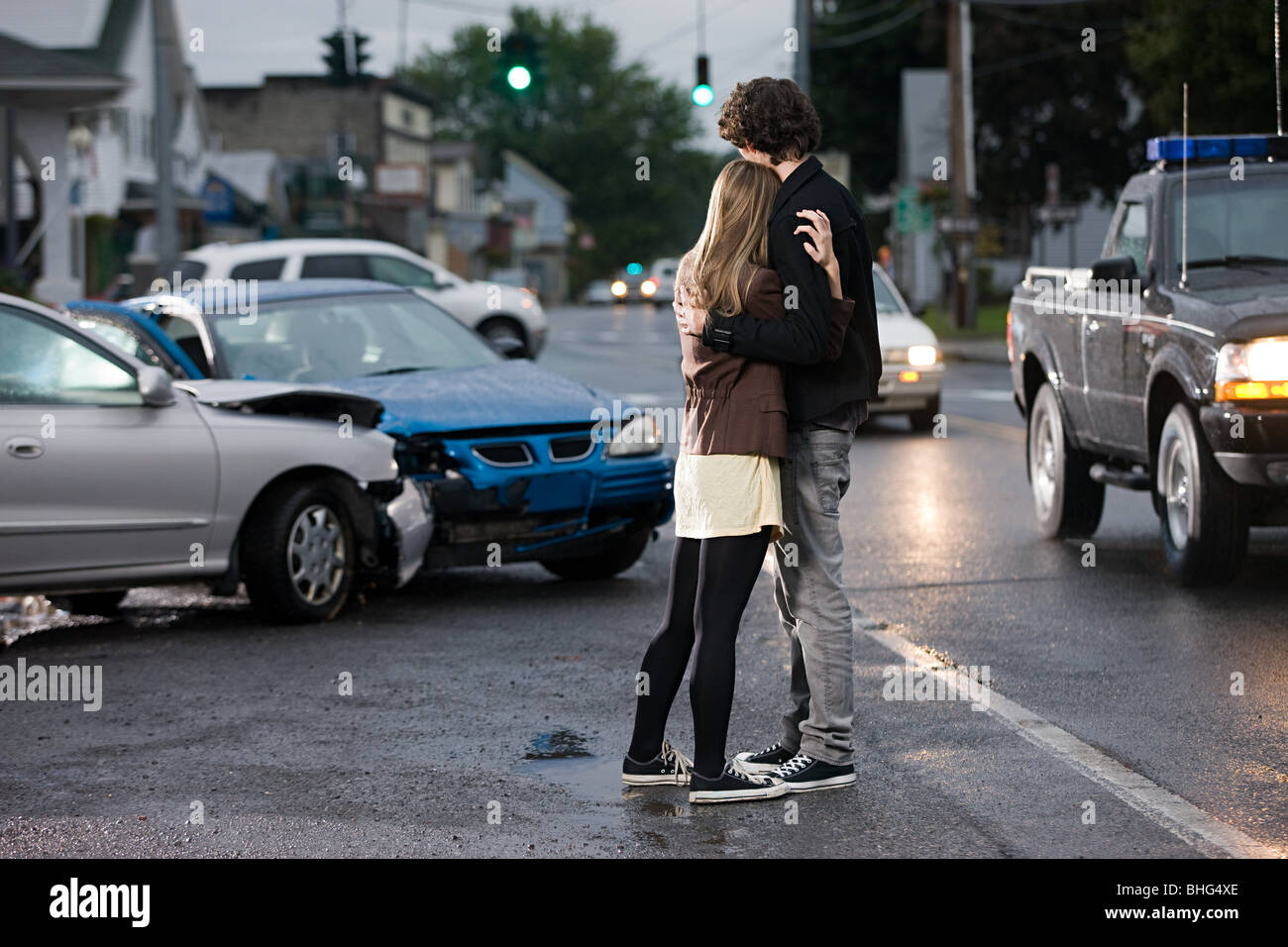 Young couple looking at crashed cars - Stock Image