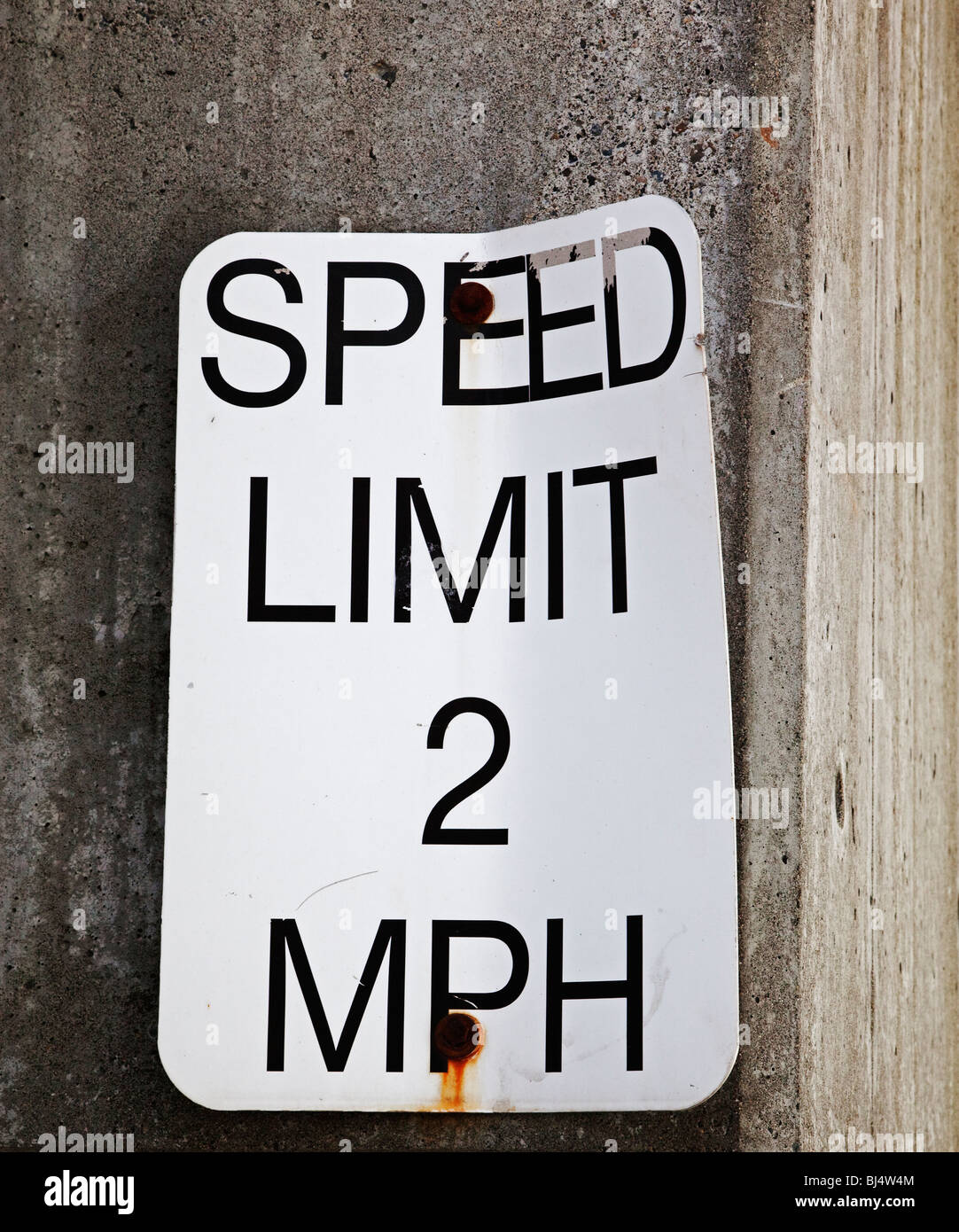 speed limit 2 mph sign at dock entrance on waterfront - Stock Image