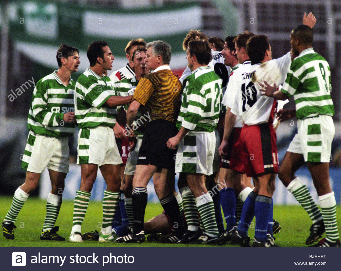 24/09/96 UEFA CUP 1ST RND 2ND LEG SV HAMBURG V CELTIC (2-0 AGG 4-0) HAMBURG - GERMANY The referee steps in to defuse - Stock Image