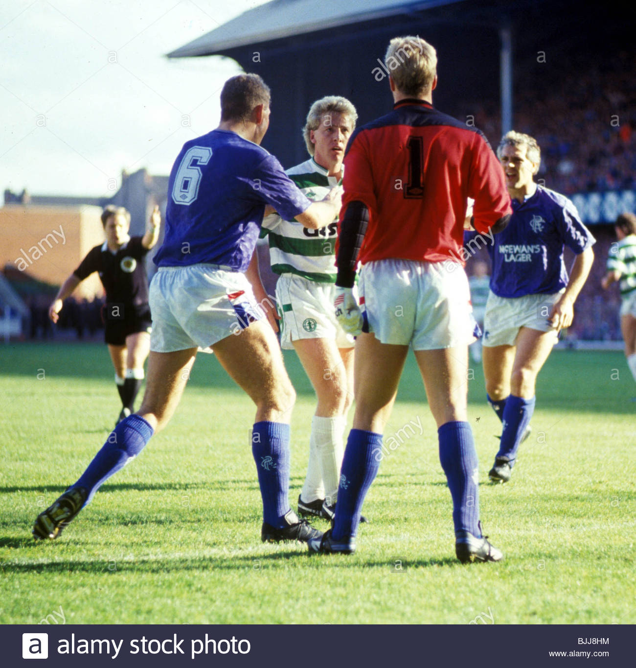 17/10/87 PREMIER DIVISION RANGERS V CELTIC IBROX - GLASGOW Rangers captain Terry Butcher (6) steps into to defuse - Stock Image
