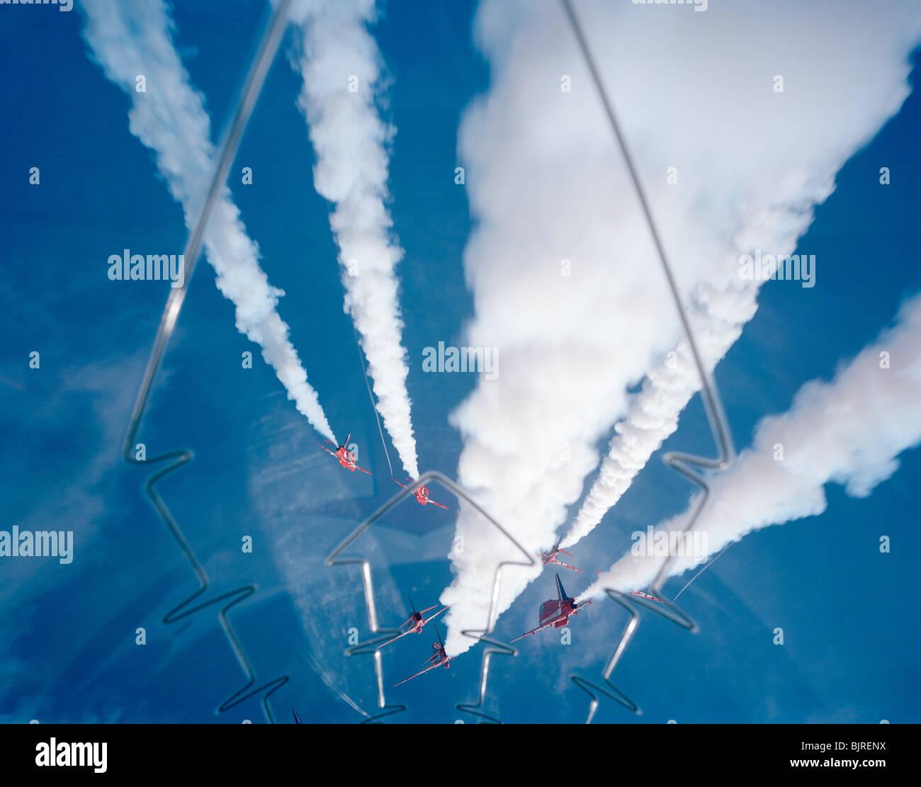 red-arrows-perform-the-54-split-high-dur