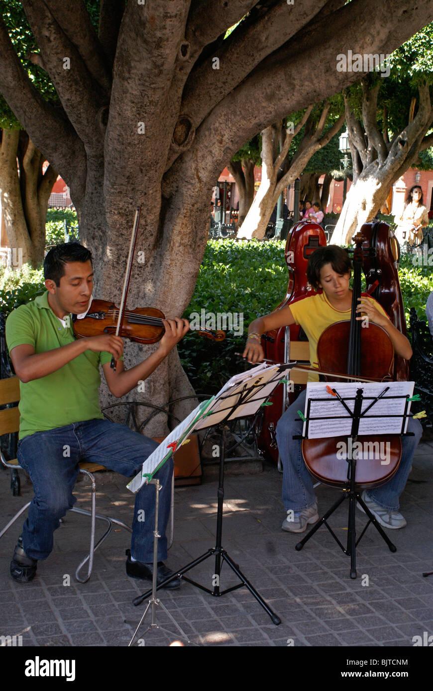 Music students performing in El Jardin in San Miguel de Allende, Guanajuato, Mexico - Stock Image