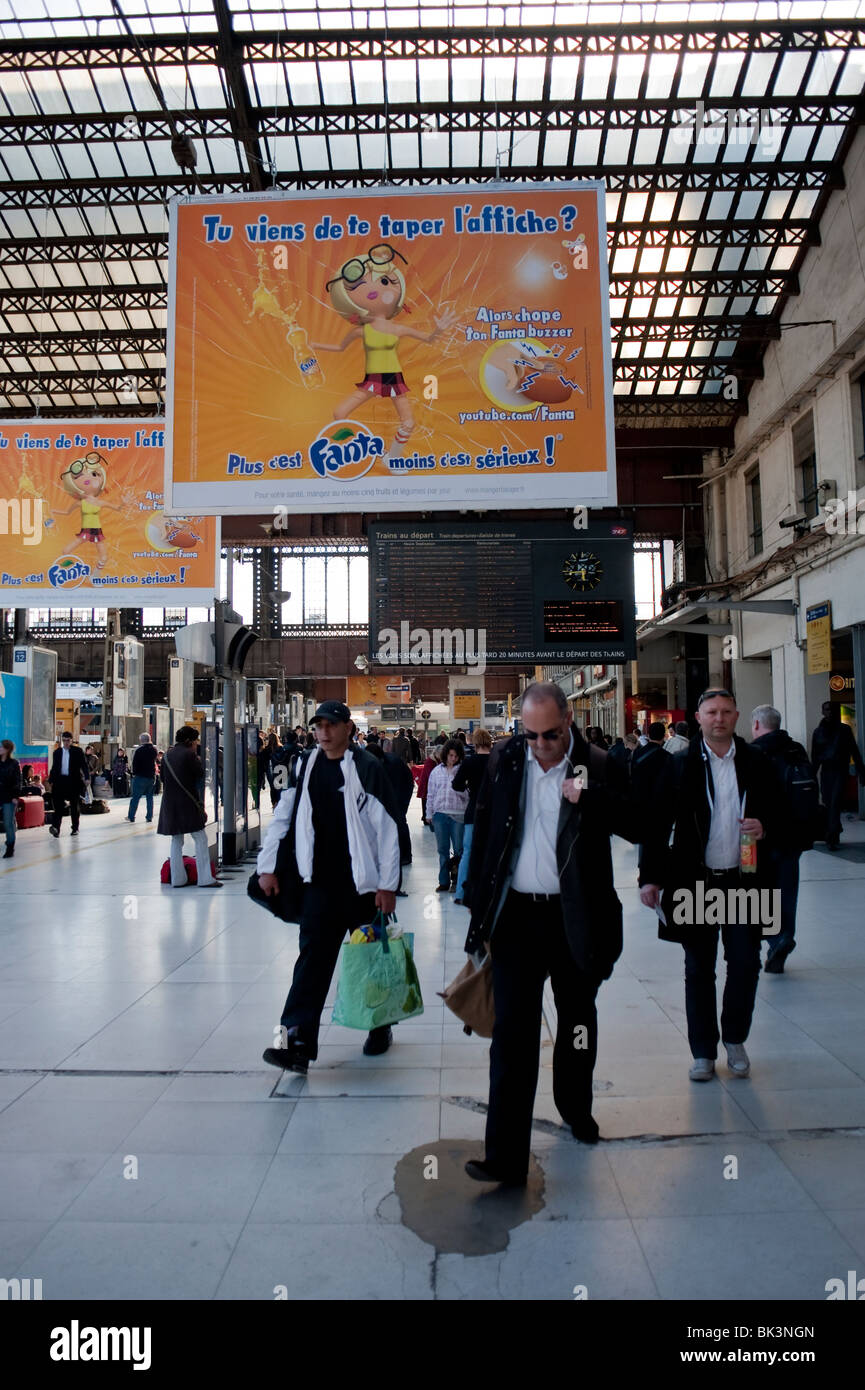 """Paris, France, Businessmen Traveling in """"Gare d'Austerlitz"""" Train Station, with French Advertising Posters """"Fanta"""" Stock Photo"""