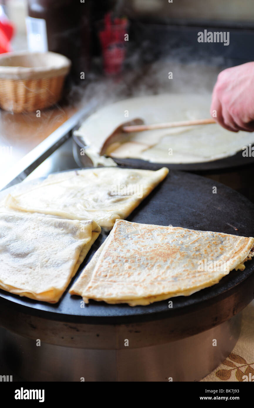 france-paris-montmartre-crepe-making-at-