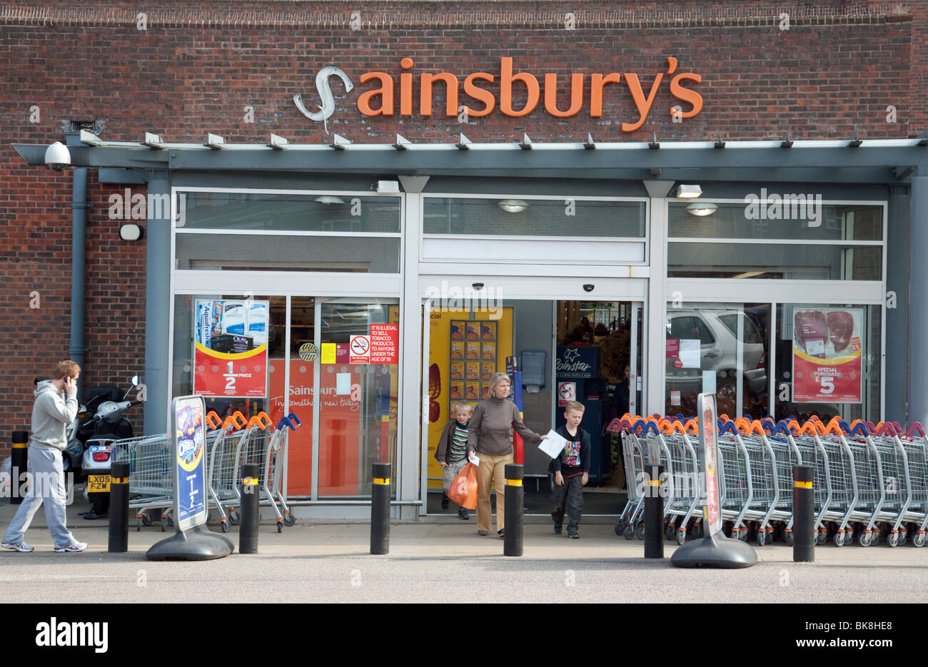 shoppers-outside-a-sainsburys-store-with-a-broken-sign-BK8HE8.jpg