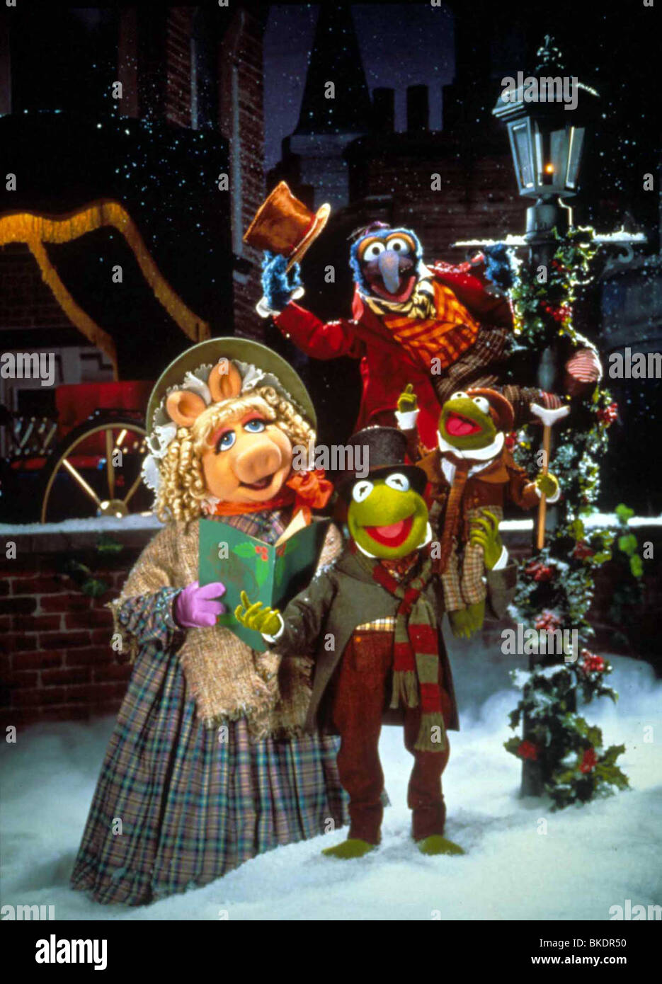 THE MUPPET CHRISTMAS CAROL (1992) MISS PIGGY, KERMIT THE FROG, GONZO ...