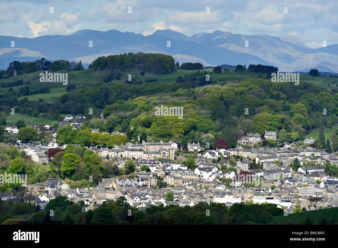 kendal-and-the-lake-district-fells-kendal-cumbria-england-united-kingdom-BM2BRC.jpg